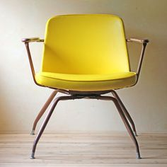 Mid-Century Spider Chair Yellow by Modish Vintage Material Steel, Wood, Vinyl Color Yellow Measurements H W D Mid Century Chair, Mid Century House, Mid Century Style, Mid Century Modern Design, Mid Century Modern Furniture, Josie Loves, Love Chair, Mellow Yellow, Color Yellow