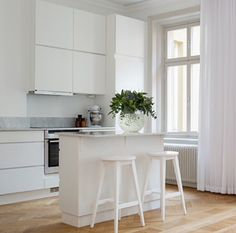 Köksö Kitchen Corner, Kitchen Dining, Kitchen Decor, White Ikea Kitchen, White Kitchen Cabinets, Kitchen Cabinet Remodel, Farmhouse Style Kitchen, Minimalist Kitchen, Kitchen On A Budget