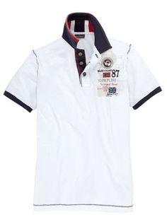 Weißes Poloshirt von Napapijri mit farblich abgesetztem Kragen und sehr aufwendiger Logostickerei.