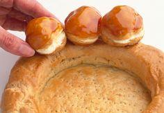 Le Saint-Honoré  Composé d'une base de pête feuilletée circulaire, surmonté de choux à la crème nappés de caramel et animé par une crème d'une chantilly mousseuse, le Sant-Honoré est un classique de la pâtisserie.  Lire la recette du Saint-Honoré