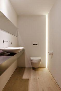 baño de visitas. mesada madera en voladizo, paredes pintadas y piso de madera