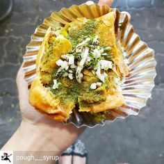 Via @cough___syrup - Street food is a delicacy no expensive place can ever give! Samoosa chat with hari chutney (mint & green chilli). Pimple Saudagar near shivar chowk. #samoosa #chaat #streetfood #streets #spicy #hot #foodphotography #foodie #puneinstagrammers #punefoodie #punefoodblogger #foodie #foodblogger #pune #photography #indianstreetfood #followforfollow #indianfoodbloggers #pca_foodporn #hungry #coughsyrup #Foodiye #indianfoodiye #MumbaiFoodiye #IncredibleIndia . Follow…