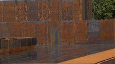 Depuis janvier, le bardage en acier Corten (acier auto-patinable) s'est déjà beaucoup patiné. La couleur rouille de cette patine protectrice s'intègre à celle du parc et de la majestueuse cathédrale de Rodez.