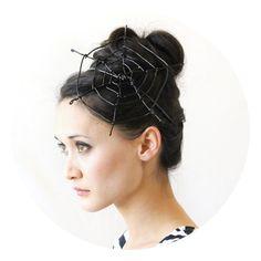 fille qui porte un chapeau toile d'araignée DIY