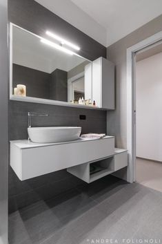 Grey Bathroom Wall Tiles, Bathroom Renos, Grey Bathrooms, Contemporary Style Bathrooms, Modern Bathroom Design, Bathroom Interior Design, Wet Room Shower, Beautiful Small Bathrooms, Bathroom Partitions