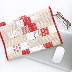 """""""How to sew a padded slipcase for your laptop computer that will double as a table mat when you're out and about using cute mini charm squares and some basic patchwork and quilting techniques. This is a great weekend project and makes a perfect gift Jelly Roll Quilt Patterns, Easy Quilt Patterns, Bag Patterns, Craft Patterns, Charm Pack Quilts, Charm Quilt, Diy Sewing Projects, Quilting Projects, Quilting Ideas"""