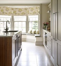 Classical kitchen design in Georgian Farmhouse showing central island and bay windowseat with contemporary floral roman blind. Classic Kitchen Cabinets, Farmhouse Sink Kitchen, Country House Interior, Farmhouse Interior, Townhouse Interior, Georgian Townhouse, Georgian Homes, Bay Window Decor, Georgian Windows