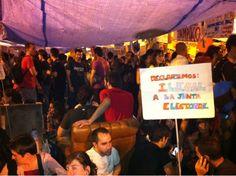 """Fecha: 20/5/11. Hora: 23.30. Tuit original: """"Esperando el 'grito mudo'. Se piden voluntarios para la comisión de respeto #nonosvamos #acampadasol""""."""