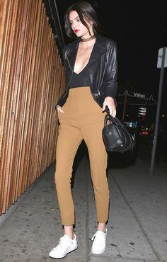 Street style da modelo Kendall Jenner com calça de cintura alta + body decotado.