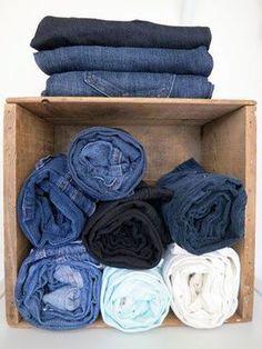 Para quem tem pouco espaço no guarda-roupa, fica a dica: arrumar calças enroladas dentro de um nicho, que além de tudo pode virar prateleira para colocar outras coisas em cima.