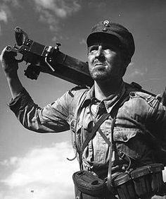 Pentti Siimes korpraali Määtän roolissa Edvin Laineen vuonna 1955 ohjaamassa elokuvassa Tuntematon sotilas. - Wikipedia
