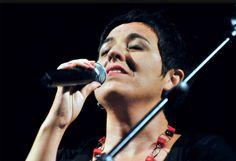 Gabriella Grasso, cantautrice di Catania, con il suo album 'Cadò', miscela atmosfera di tango argentino con la musica della tradizione siciliana raggiungendo un mix di sonorità uniche e travolgenti. Con lei, Ivan Cammarata, Giovanni Arena, Puccio Castrogiovanni, Emilia Belfiore e Denis Marino.
