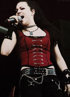 Love this outfit on her, soooo want that top Amy Lee - Evanescence Rainha Do Rock, Snow White Queen, Amy Lee Evanescence, Women Of Rock, Metal Girl, Hayley Williams, Female Singers, Celebs, Celebrities