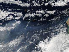Imagen de la erupción del volcán Fogo, islas Cabo Verde, tomada desde el satélite Aqua (NASA, 2014)
