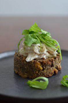 La Cuisine c'est simple: Simple comme un burger de lentilles et sa sauce aux échalotes Burger And Fries, Falafel, Meatloaf, Salmon Burgers, Comme, Sauce, Sandwiches, Chips, Vegetarian