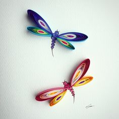 Artist Uses Paper to Create Vibrant Sculptures That Will Leave You Mesmerised - BlazePress CM: DRAGONFLY made by quilling. Perhaps use irridescent/holographic paper? Arte Quilling, Quilling Butterfly, Paper Quilling Cards, Paper Quilling Patterns, Quilled Paper Art, Quilling Craft, Paper Quilling For Beginners, Quilling Techniques, Quilling Tutorial