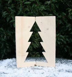 Een raamluikje met ingezaagde kerstboom gemaakt van nieuw steigerhout. Met koperkleurige scharnieren. Leuk voor in de vensterbank of op de (eet)tafel.