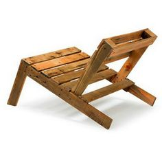 A reclining lawn chair made from 2 wooden pallets.