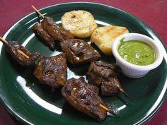 Anticuchos, plato tradicional que se prepara con el corazón de la res