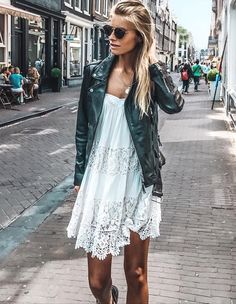 Perfecto + petite robe en dentelle blanche = le bon mix (photo Debi Flügg)