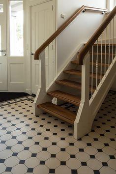 Vloertegels zijn heerlijk praktisch voor in uw hal. Kiest u voor een rustig geheel en laat u de tegels vanuit de woonkamer doorlopen in de hal? Of wilt u in de hal andere tegels op de vloer? Doe gek en speel met verschillende kleuren, maten, tegels in allerlei bijzondere vormen of een vrolijke patroon tegel! …