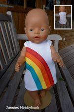 de nieuwe versie van het regenboogjurkje van K3, let op de plooitjes in het achterrokje. BabyBorn 43 cm. eigen ontwerp