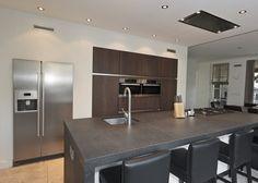 Ruime moderne keuken met gefineerd notenhout