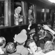 04 Oct 1962, Foligno, Italy — Pope John XXIII Greets Crowds From Train Catholic Saints, Roman Catholic, Papa Pio Xi, Pope Of Rome, Juan Xxiii, Religion Catolica, Pope John Paul Ii, Saint John, Lutheran