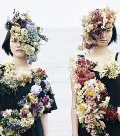 """""""廃棄花""""をクリエイティブに再生し、価値を変えるアートプロジェクト こんにちは。Keinaです。 わたしは、22歳のときに花屋に就職をしたことがあり、 お店のオープンやイベントのとき、大量のスタンド花などを配達した […"""