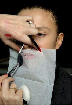как закрепить помаду на губах