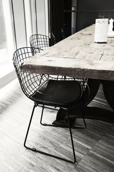 Love the tabletop in combination with the wired chairs. | www.kiem-wayoflife.com