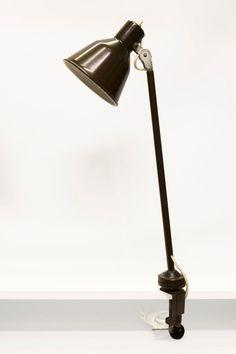 € 139,95 - Oude bureaulamp van bruin metaal. Bij de klem zit een kogelgewricht en de kap is te richten. De burolamp dateert uit ca. 1950.