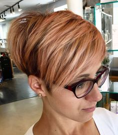 Rose gold hair color trend is perfect for all hair types and skin tones. From bold to subtle, we have various examples of rose gold hair to inspire you! Rose Blond, Rose Gold Short Hair, Trending Hairstyles, Pixie Hairstyles, Pixie Haircut, Short Choppy Hair, Short Hair Cuts, Short Hair Styles, Gold Hair Colors