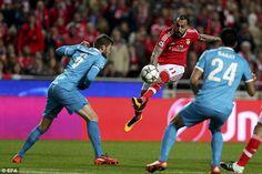 Benfica avançado Konstantinos Mitroglou (centro) envia uma áspera disparou em direção ao gol na terça-feira