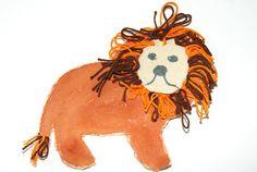 Dein Kind liebt es, sich wie ein brüllender Löwe zu gebärden? Dann wird es Spaß daran haben, einen Löwen selbst zu basteln.