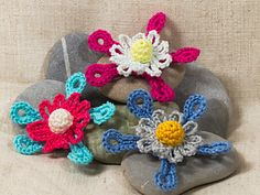 That's a different kind of crochet flower. It's futuristic and the petals have an atypical form. I hope you'll like it.