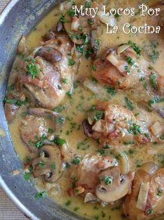 Twittear Este pollo guisado está acompañado de una salsa hecha con champiñones en láminas, tiras finas de bacon (p...