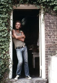 Bruce Springsteen poses for David Gahr at the Jersey Shore in August 1973 | getty.
