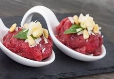 Carpaccio Bonbons Gevuld Met Truffelmayonaise En Sla recept | Smulweb.nl Mini Appetizers, Recipes Appetizers And Snacks, Tapas, Diner Recipes, Party Food And Drinks, Xmas Food, Fabulous Foods, Food Festival, High Tea