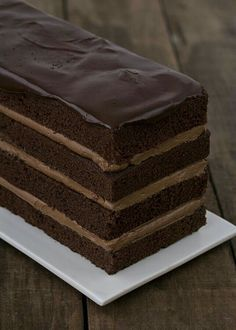 Layered chocolate cake with chocolate icing Food Cakes, Cupcake Cakes, Cupcakes, Köstliche Desserts, Chocolate Desserts, Delicious Desserts, Chocolate Cake, Sweet Recipes, Cake Recipes