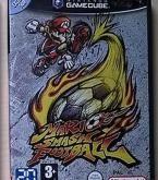 Mario Smash Football sur Gamecube est un titre qui se veut appartenir au sport mais qui relève plus de l'affrontement. Retrouvez le plombier et toute sa clique sur un terrain, la balle au pied, et marquez le plus de buts possibles. Mais attention, des dizaines d'objets viennent booster chaque équipe, sans compter sur les coups spéciaux de chaque personnage !   ............  Bon état d'usage et de fonctionnement ...