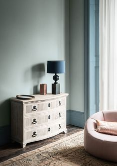 Explore stunning interior paint and wallpaper design inspirations from Paint & Paper Library. Like this sophisticated blue paint colour scheme for a bedroom. Blue Gray Paint Colors, Paint Colours, Paint And Paper Library, Interior Design Images, Paint Color Schemes, Architrave, Painted Paper, Dresser As Nightstand, Interior Paint