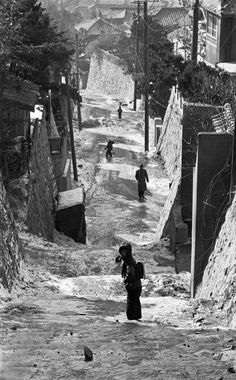 Han Youngsoo photographed Seoul as it rebuilt itself after the war into a sleek modern city – and captured its people in beautifully composed images Old Pictures, Old Photos, Korean Photography, Seoul Photography, Jungle Music, Korean People, Seoul Korea, Korean War, Modern City