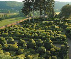 jardins de Marqueyssac - le bugue Perigord  Jardins au cœur du Périgord noir, le site classé de 22 hectares des jardins de Marqueyssac propose d'agréables promenades dans un dédale de 150 000 buis centenaires taillés à la main.