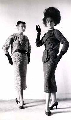 Cristóbal Balenciaga, deux ensembles d'après midi en dentelle de laine, 1952 / Photo de dépôt de modèle © Photo et un des modèles conservés dans les Archives Balenciaga, Paris.
