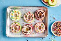 Try a original twist on donuts with our special Apple 'Donuts' recipe. It makes a tasty apple 'donuts' dupe. Recipes Appetizers And Snacks, Yummy Appetizers, Delicious Desserts, Apple Desserts, Dinner Recipes, Kraft Recipes, My Recipes, Family Recipes, Salad Recipes