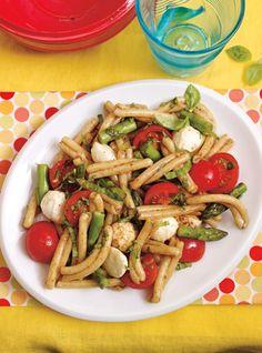 Salade de pâtes, d'asperges  et de bocconcinis
