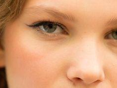 Eyeliner trick for hooded eyes - Eye Makeup Tutorial #EyelinerStyles Small Eyelid Makeup, Makeup For Hooded Eyelids, Makeup For Small Eyes, Droopy Eyelids, Eyeliner For Small Eyelids, Hooded Eyes Eyeliner, White Eyeliner, Eyeliner Waterline, Winged Eyeliner