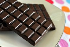 Having a hard time breaking up with chocolate? Good news – all you need to do is replace milk chocolate with dark chocolate and you might also reap some amazing health benefits besides satisfying your sweet tooth. Foods With Iron, Foods High In Iron, Iron Foods, High Iron, Dark Chocolate Benefits, Prevent Heart Attack, Food Poisoning, No Bake Bars, Cheap Meals