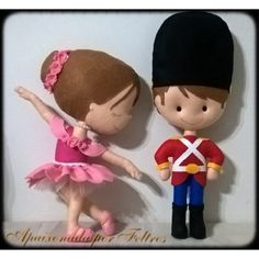 Bailarina e soldadinho de chumbo Ballet, Felt Decorations, Nutcrackers, Felt Christmas Ornaments, Felt Dolls, Fairy Tales, Diy And Crafts, Alice, Plush